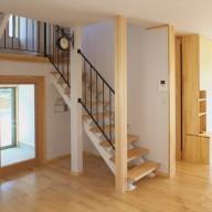 スキップフロアー階段とホビールームを持つ住い